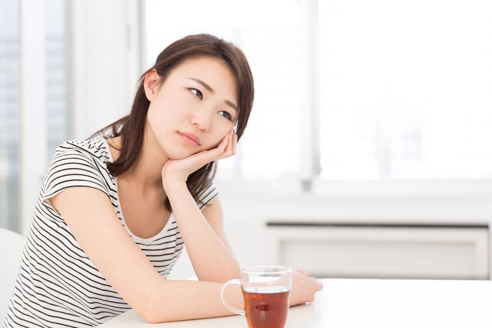試験勉強の疲れで何も考えられなくなっている女性
