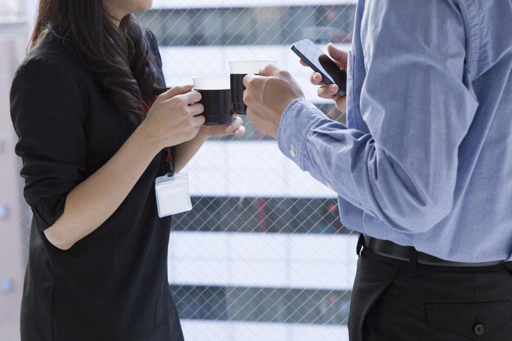 返報性の原理を使って、気になる女性をデートに誘っている男性