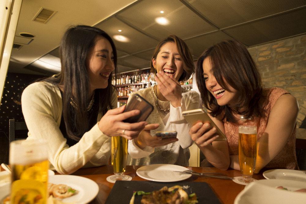 飲み会の席で「気になる人いるの?」と聞かれて盛り上がっている様子