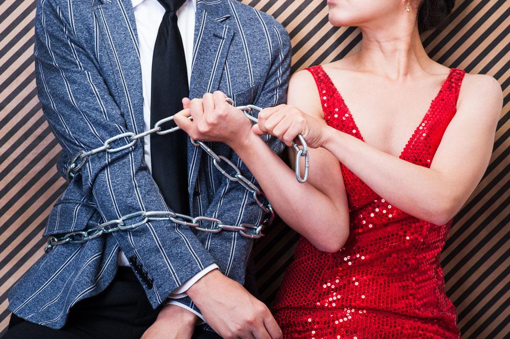 心理学テクニック「ダブルバインド」で相手を拘束しているイメージ