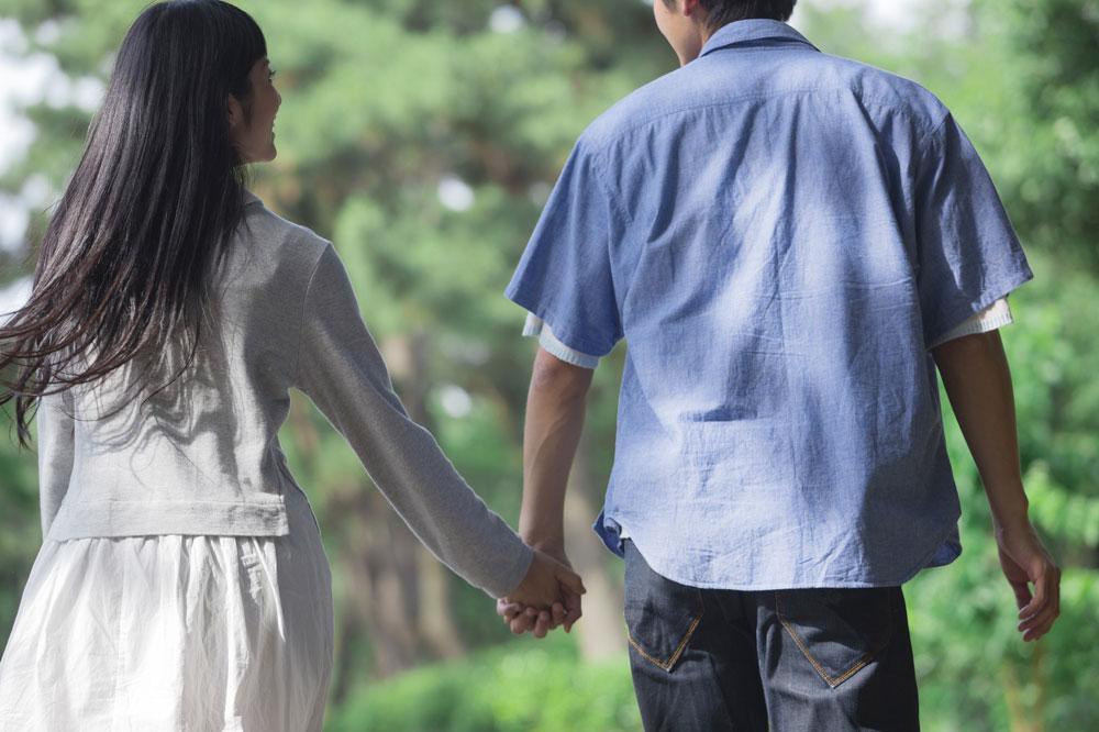 結婚相談所で出会ったカップルがキスをする前に手をつなぐシーン
