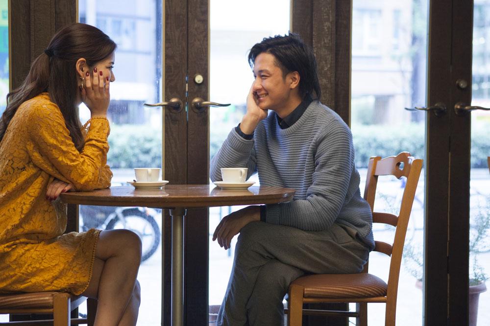 カフェでゆっくりとお互いのことを知っていく男女