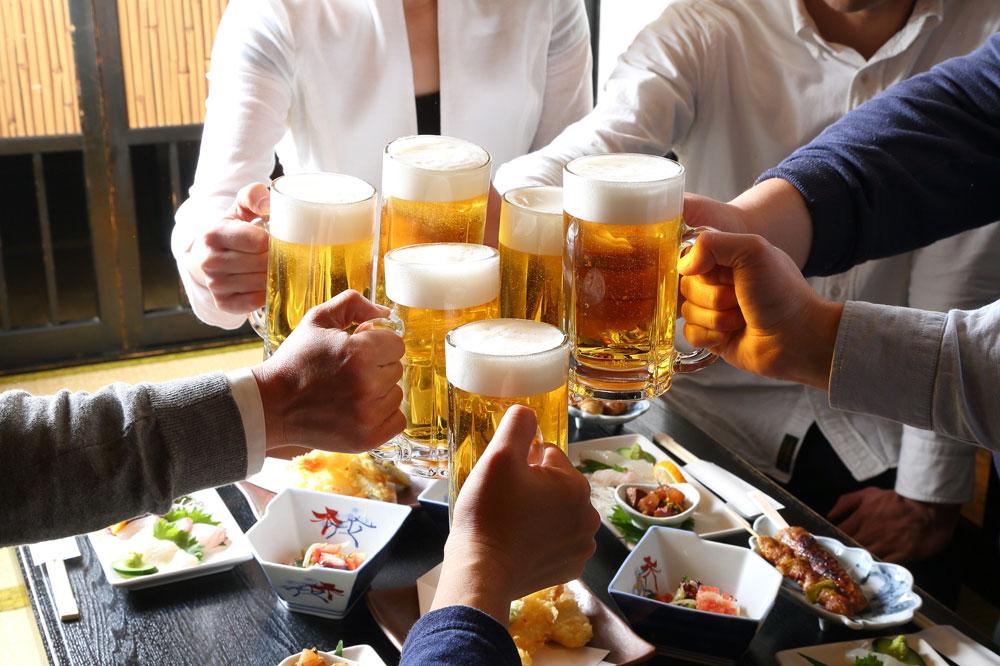 マッチングアプリでヤリモク男が入っているコミュニティを連想する飲み会シーンの写真