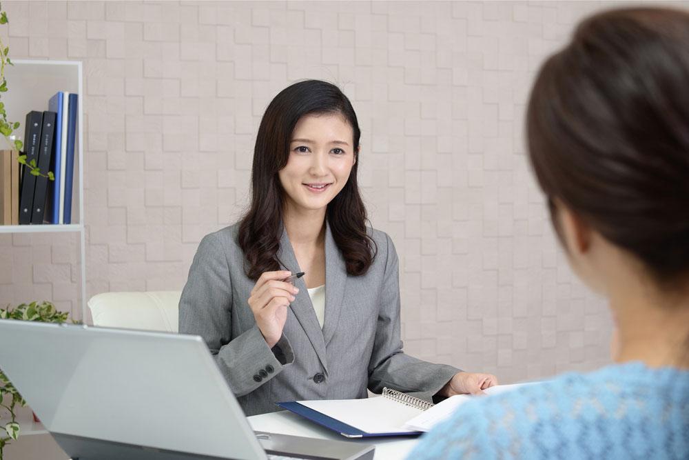 パーソナル婚活でコーチングインタビューを受ける女性