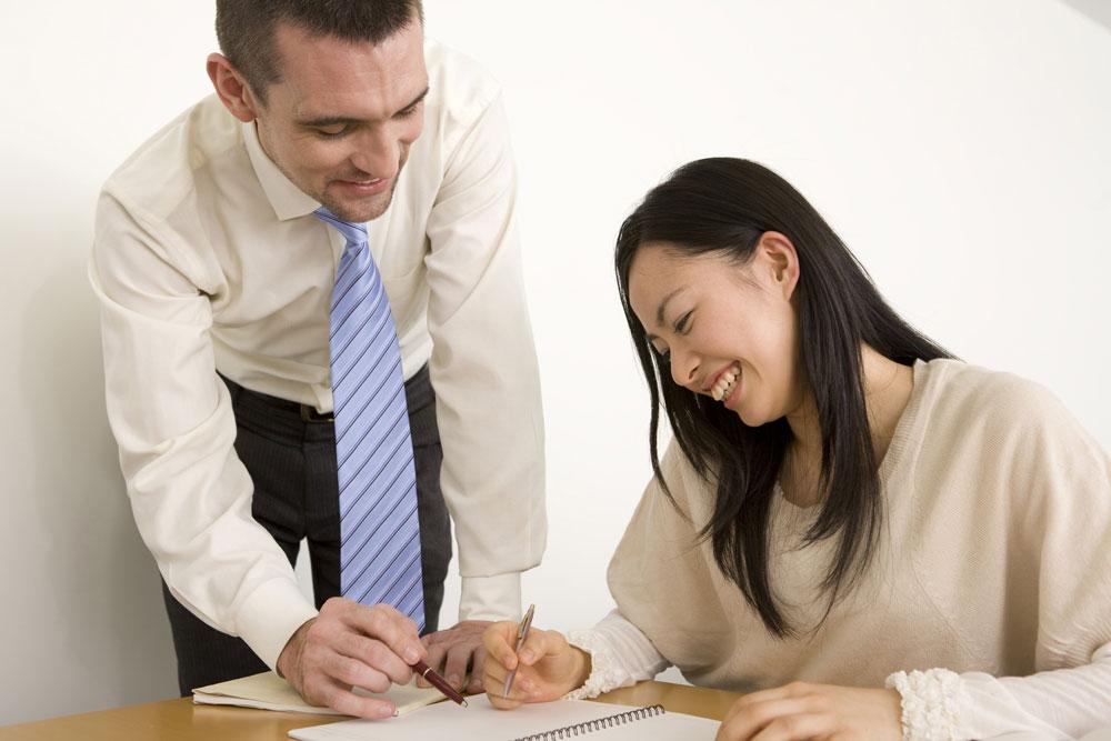 英会話教室で会話を楽しむカップル