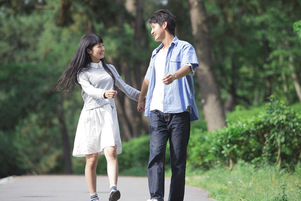 結婚相談所で出会った夫婦は結婚がスタートだと考えるから離婚率が低いんだよと笑顔で手をつなぐ2人