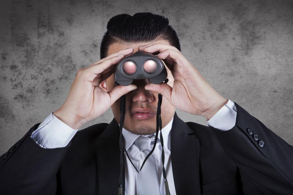 婚活に潜むストーカー男が双眼鏡」を持って女性を見張っている様子