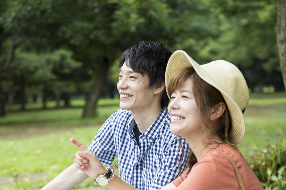 初めて来た公園でピクニックを楽しんでいるカップル