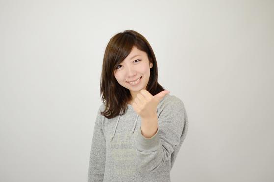 親指を立てる女性
