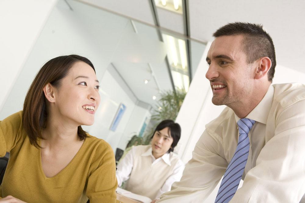 肉食系の男性より優しい男性に笑顔を見せる女性