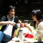 ピクニックをするカップル