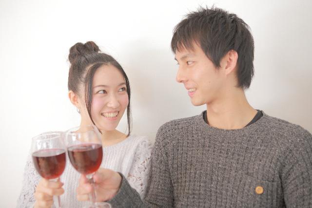 ワインを飲む婚活男女