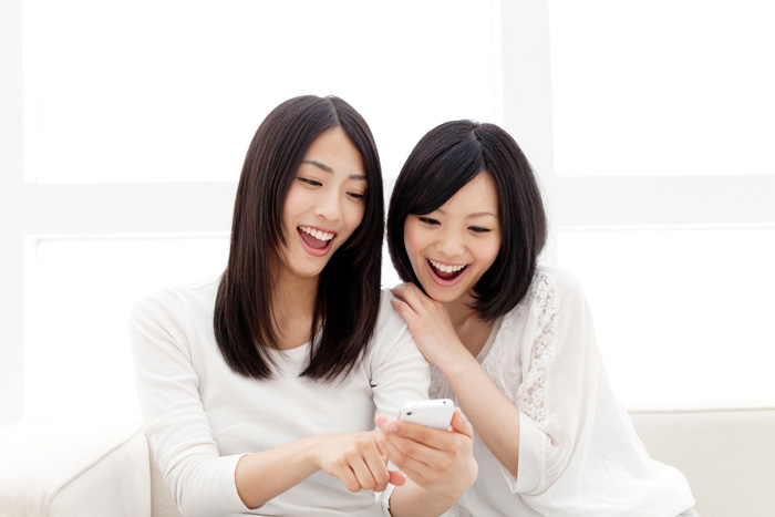 関西に住む女性が縁結び神社に行ってみようと盛り上がっている