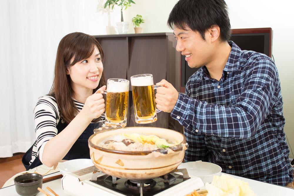 美味しい食事をしながら距離を縮めているカップル