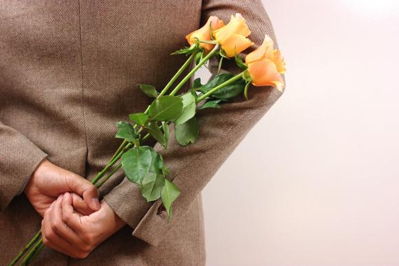 告白しようと花を準備している男性