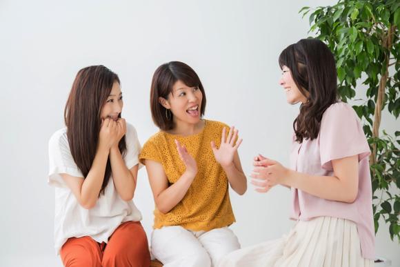 2人の女性にウインザー効果を他手伝ってもらえるようにお願いする女性