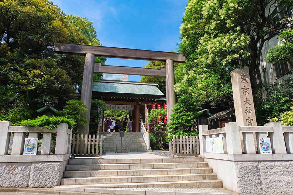 関東で人気のある縁結び神社をイメージする鳥居
