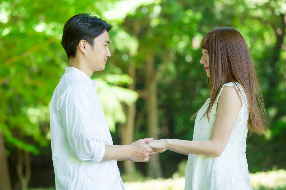 タイミングを見てプロポーズする男性