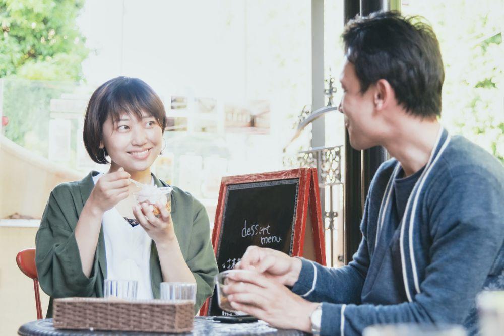 マッチングアプリからの出会いでデートをしている男女
