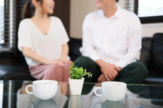 婚活イベントで会話する男女